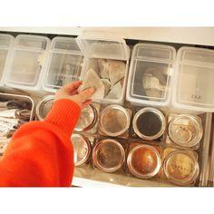 キッチンで毎日よく使うアイテムを、カップボードの開け閉めしやすい引き出しに収納します。<br />セリアとキャンドゥのケースを使って、見やすくすっきりとした収納にしています。<br /> Kitchen Organization For Small Spaces, Pantry Organization, Kitchen Pantry, Kitchen Storage, Kitchen Interior, Room Interior, Japanese House, Room Tour, House Layouts