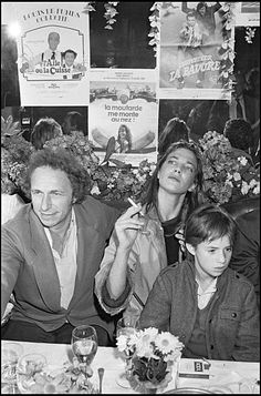 Pierre Richard, Charlotte Gainsbourg and Jane Birkin celebrate. Gainsbourg Birkin, Serge Gainsbourg, Charlotte Gainsbourg, Pierre Richard, Jane Birkin Style, Retro, Film, Old Photos, Black And White