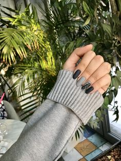 What Christmas manicure to choose for a festive mood - My Nails Black Manicure, Nail Manicure, Grey Nail Designs, Cool Nail Designs, Dark Nails, Matte Nails, Super Nails, Simple Nails, Trendy Nails