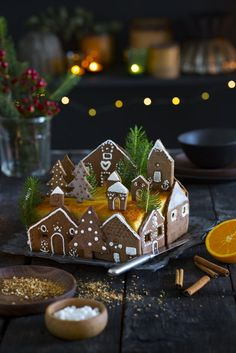 A christmas cake with houses in speculoos - Holidays - noel Christmas Crack, Vegan Christmas, Christmas Sweets, Christmas Baking, Christmas Cookies, Xmas, Christmas Houses, Christmas Holidays, Christmas Cupcakes Decoration