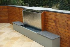 vertikale Wasserwand Sitzbank Garten-Gestaltung Holz Zaun