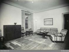"""Axel Einar Hjort. Utställningsinteriör med soffa, fåtölj, skåp, mattor, bord. """"Typenco"""" 1932. @ DigitaltMuseum.se"""
