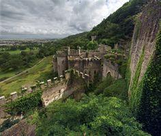 Le rovine del Castello Gwrych - Abergele, Galles, Regno Unito   Il magnifico castello Gwrych fu costruito per Lloyd Hesketh Bamford-Hesketh nel 1819. Dopo numerosi passaggi di proprietà, periodi di apertura al pubblico e numerosi progetti di rilancio, al momento è in abbandono. Si dice sia ancora abitato dal fantasma della principessa del Galles
