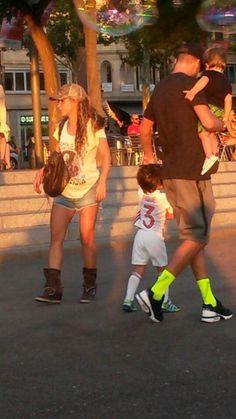Shakira passeia tranquilamente com a família pelas ruas de Barcelona