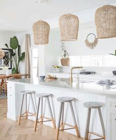 Uniqwa's hand woven Bindu Pendants adding a costal touch to this Hampton's style kitchen featured in 🍃 at the beautiful beach house of Australian Interior Stylist Nat Winter Beach House Kitchens, Home Kitchens, Deco Design, Küchen Design, Home Interior, Kitchen Interior, Interior Ideas, Interior Paint, Style At Home