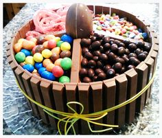 Un original i divertit pastís d'aniversari, fàcil de fer i a gust dels petits de la casa....  Pastís base de xocolata i coco... la decoració ja la veieu ;)