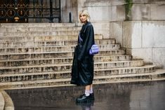 Take a look at some of the best street style looks spotted at the most fashionable shows of Paris Fashion Week Fall/Winter Look Street Style, Street Style Looks, La Fashion Week, High Fashion, Paris Fashion, Vogue Paris, Best Bags, Paris Street, Cool Street Fashion