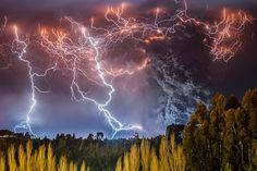 'Apocalipse' de raios no Chile vence prêmio de fotografia. Foto: Francisco Negroni/Wildlife Photographer of the Year 2014 All Nature, Amazing Nature, Beautiful Sky, Beautiful World, Beautiful Pictures, Wildlife Fotografie, Chile, Erupting Volcano, Science Photos