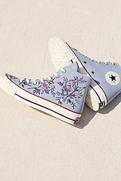 Nike Shoes OFF! How to wear converse high tops 2018 48 Ideas Converse Haute, Converse Shoes High Top, High Top Sneakers, Shoes High Tops, Converse High Tops How To Wear, Converse Hightops, Floral Converse, Converse Logo, Ladies Sneakers