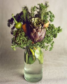 Fun alternative // Vegetables as floral arrangement Herb Bouquet, Bouquet Garni, Food Bouquet, Boquet, Deco Floral, Arte Floral, Floral Design, Veggie Display, Vegetable Bouquet