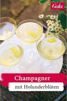 Champagner mit Holunderblüten - ein Drink für den Sommer! Hier gehts zum Rezept #cocktail #champagner #rezept #hollunder #sommergetränk Cheers, Alcoholic Drinks, Keto, Table Decorations, Slim, Finger Foods, Summer, Alcoholic Beverages, Liquor