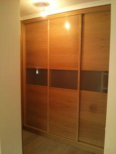 armario empotrado en chapa de roble barnizado color natural estilo japonesa con cristal translucido al centro