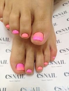 orange and pink nails-perfect for the day out to a beach in the summer