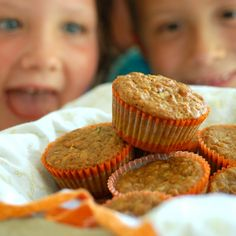 Another great way to use the boat load of zucchini in the garden! Zucchini Carrot Oatmeal Muffins NO SUGAR! Zucchini Cake, Green Zucchini, Healthy Zucchini, Zucchini Muffins, Banana Recipes No Egg, Snack Recipes, Dessert Recipes, Snacks, Healthy Recipes