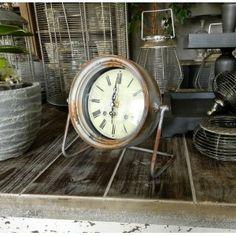 Grigio Zegarek Belldeco - stojący zegar w stylu prowansalskim o szaro-rdzawej obudowie wykonanej z metalu.
