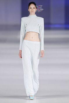 Conjunto de pantalón y top de punto de cuello alto de color azul claro en el 080 Barcelona Fashion P/V 2014 #trend #style