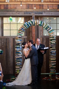 If you're planning a bookish wedding, you might want to pay extra attention to Mark and Erin's (aka Tribesmaid Edolmage) literary-themed wedding decor. From the programs to the cake, yo…