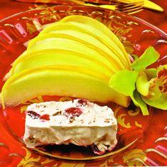 Чтобы приготовить десерт из дыни с замороженным сырным муссом, берем: 1 дыню весом около 1,5 кг, 250 г сыра маскарпоне, 100 г консервированной вишни (из компота или варенья), 2 яичных белка, 200 мл 30%-х сливок, 50 мл коньяка, 50 мл вишневого ликера, 200 г сахара и 100 г шоколада.  Белки со 100 г сахара взбиваем в густую устойчивую пену. Добавляем вишневый ликер и слегка взбиваем. Watermelon, Panna Cotta, Deserts, Fruit, Ethnic Recipes, Food, Dulce De Leche, Essen, Postres