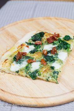 Rezept für eine verboten leckere Pesto-Spinat Pizza mit getrockneten Tomaten und Knoblauch. Vegetarisch und glücklich machend...