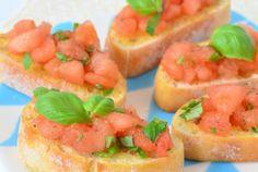 Bruschetta is een welbekend italiaans bijgerecht. Dit recept is ook wel de meest bekende met tomaat en basilicum. Super leuk om zelf klaar te maken en ook nog eens binnen 15 minuten op tafel. Kies vooral voor harde rijpe tomaten, die zijn beter te verwerken tot tomatenblokjes. Serveerde tomatenblokjes met basicilum op een heerlijk stukje ciabattabrood. Enjoy!