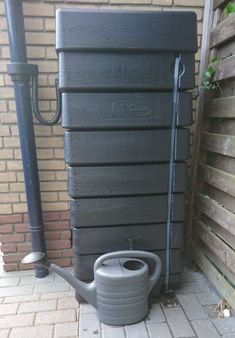Zwarte muur regenton met een inhoud van 320 liter. Dit muurmodel is een rechthoekige ton, plat model ✅ Neemt weinig ruimte in ✅ Nu met gratis accessoires t.w.v. € 63,85 ✅ Levering in NL en België Rain Barrel, Go Outside, Ladder Decor, Bricks, Home Improvement, Survival, Home And Garden, Outdoor Structures, Gardening