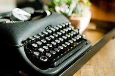 Alte Gegenstände verleihen dem Raum Flair. Diese Schreibmaschine macht sich schön auf einem Tischchen. #homestory #home #interior #accessoires #retro #vintage