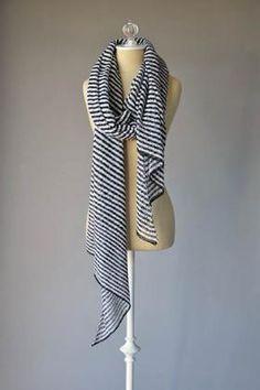 Супер простой летний шарфик в морском стиле, связанный из тонкой льняной пряжи на спицах 3.5 мм. Вязание шарфа выполняется диагональным