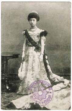 Empress Kojun of Japan postcard 1920s        Empress Kojun (香淳皇后 (born Princess Nagako (良子女王 Nagako); 1903 – 2000) was empress consort of Emperor Hirohito of Japan. She was the mother of the present Emperor (Akihito).