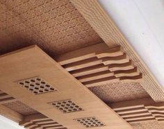 Salons Marocains Archives - Page 9 of 39 - Espace Deco Porch Wall Design, Wooden Ceiling Design, Ceiling Design Living Room, False Ceiling Living Room, Bedroom False Ceiling Design, Wooden Door Design, Wooden Ceilings, Home Ceiling, Modern Ceiling