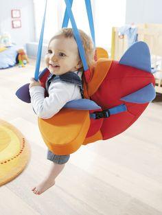 """""""Fliegerschaukel"""" - Mit dem kleinen Flieger kann man wie ein Sausewind durchs Zimmer fliegen. Wer möchte macht dazu knatternde Propellergeräusche! Die Fliegerschaukel ist höhenverstellbar. Die Sitzfläche lässt sich durch verstellbare Gurte an die Größe des Kindes anpassen. So sitzen schon kleine Flieger sicher und bequem. (Artikelnummer 8349)"""