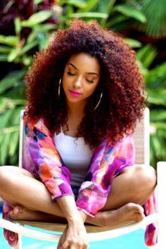 Curly hair. Instagram: lipstickncurls