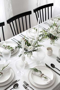 Easy ideas for creating a modern minimal table setting. Easy ideas for creating a modern minimal table setting. Beautiful Table Settings, Wedding Table Settings, White Table Settings, Dining Table Settings, Place Settings, Simple Table Setting, Lunch Table Settings, Dining Tables, Side Tables