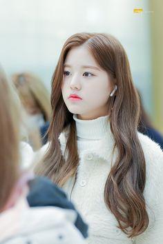 Wonyoung at Aiport Cute Korean Girl, Asian Girl, Yu Jin, Uzzlang Girl, Woo Young, Japanese Girl Group, Kpop Girls, Hair Beauty, Hairstyle