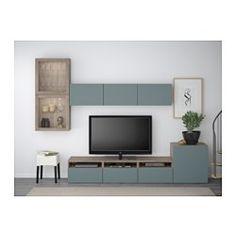 IKEA - BESTÅ, Combinaison rangt TV/vitrines, motif noyer teinté gris/Valviken gris-turquoise verre transparent, glissière tiroir, fermeture silence, , Les tiroirs et les portes se referment doucement en silence grâce à la fonction intégrée de fermeture en douceur.Trois grands tiroirs vous permettent de ranger facilement les télécommandes, les manettes de jeux et tout autre accessoire pour la TV.Vous pouvez facilement dissimuler les câbles de la TV et tout autre équipement mais en le...