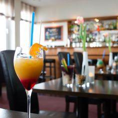 Rheinromantik mit Wohlfühlcharakter! Lassen Sie den Tag im Hotel am Rhein in der Rheinbar oder in den Sommermonaten auf vorderen Terrasse bei einem frisch gezapften Kölsch oder internationalen Cocktails ausklingen.