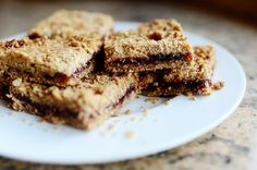 From The Pioneer Woman: Strawberry Oatmeal Bars. My kids' favorite snack (or breakfast! Swap the flavor of jam to suit your taste! Yummy Treats, Sweet Treats, Yummy Food, Köstliche Desserts, Dessert Recipes, Dessert Healthy, Strawberry Oatmeal Bars, Strawberry Breakfast, Strawberry Jelly