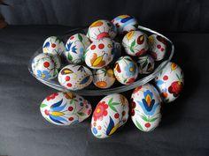 Kaszubskie jajka wielkanocne / <b>Kashubian</b> eastern eggs Hoppy Easter, Easter Bunny, Easter In Poland, Polish Easter Traditions, Eastern Eggs, Polish Folk Art, Color Meanings, Egg Art, Polish Pottery