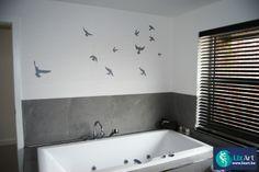 geschilderde silhouetten van vogels in de badkamer