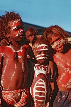 Three young Warlpiri boys decorated for a ''Purlapa'' traditional dance in the school grounds of Lajamanu. --The Warlpiri are a group of aboriginal Australians. Aboriginal Children, Aboriginal Education, Aboriginal History, Aboriginal Culture, Aboriginal People, Australian Aboriginals, Australian People, Fashion Through The Decades, Bird People