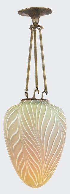 Emile GALLE (1846-1904), suspension en verre teinté à décor de stries blanches, monture en bronze. Réalisée par les Etablissements GALLE vers 1925. Signé Gallé. Hauteur 70 cm. Largueur : 25 cm. Estimation 7500 €.