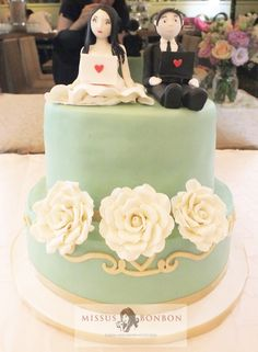 Miriam and her husband had a long-distance relationship for a while before he popped the question. Thus they wanted us to place a wedding couple using laptops, probably for Skype-ing on top of their wedding cake.