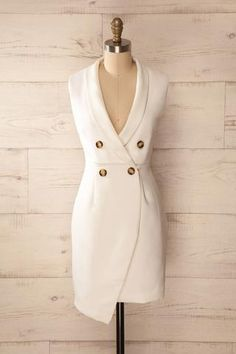 Robe ivoire en style veston avec boutons, col en V, sans manches - Sleeveless ivory jacket-like dress with v-neck, collar, and buttons Classy Outfits, Chic Outfits, Dress Outfits, Fashion Dresses, Simple Dresses, Casual Dresses, Tuxedo Dress, Dress Shirts For Women, Professional Outfits