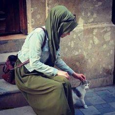 gambar ditemukan oleh ♛ Л Е Б Е Д Е В А ♛.) gambar dan videomu di We Heart It Hijabi Girl, Girl Hijab, Hijab Outfit, Beautiful Muslim Women, Beautiful Hijab, Arab Fashion, Muslim Fashion, Fashion Muslimah, Girl Photo Poses