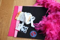 Stadtkonfetti - Last Minute-DIY-Karnevalskostüm – Flamingo, Rabe, Schwan oder Papagei?? Pantomime, Last Minute, Pink Flamingos, Halloween, Rabe, Kids Fashion, Costumes, Party, Diy