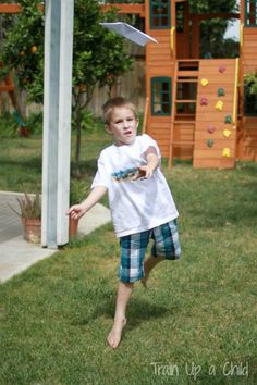 Experiments and flight tests with paper airplanes, outdoor science and play your kids will love!