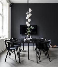 Sofie Munthe Aggers lejlighed emmer af international karakter. Her kan du blive inspireret af, hvordan du kan indrette med farven sort og industrielle elementer.