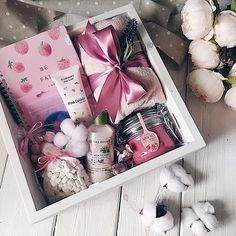 Este posibil ca imaginea să conţină: mâncare Cute Birthday Gift, Birthday Gift Baskets, Diy Gift Baskets, Birthday Gifts For Best Friend, Christmas Gifts For Friends, Christmas Gift Box, Diy Birthday, Holiday Gifts, Homemade Gifts