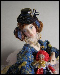 Loes Verschoor heeft weer een popje 1:12 van Dana in carnavals stijl aangekleed haar naam is Ceari staand heeft ze een lengte van 14 cm