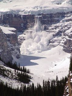 An avalanche in progress, Lake Louise, Banff National Park, Canada. All Nature, Amazing Nature, Banff National Park, National Parks, Lac Louise, Beautiful World, Beautiful Places, Beautiful Scarves, Amazing Places