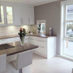 White with wood Kitchen Room Design, Kitchen Dinning, Kitchen Tiles, Kitchen Layout, Kitchen Interior, New Kitchen, Kitchen Decor, Kitchen White, Cosy House